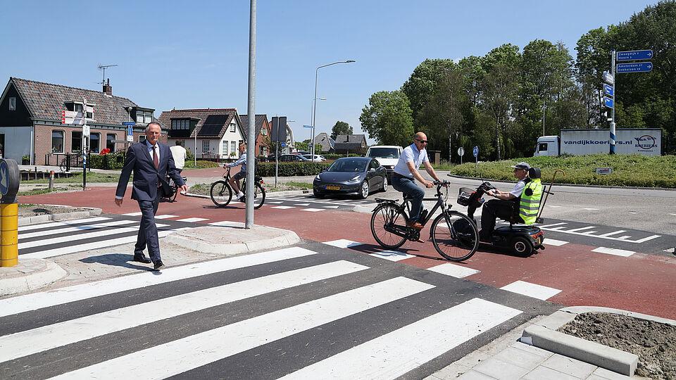 Burgemeester Frank Streng steekt het zebrapad over naast de rotonde.