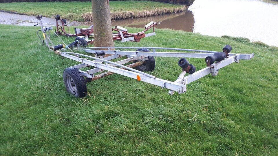 Grijze botentrailer Oostwoud